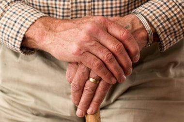 Hand Alter Pflege